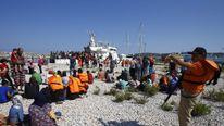 efugee migrants arrive in Cesme