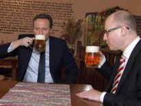 220116 Cameron drinking beer in Prague with Czech PM Bohuslav Sobotka