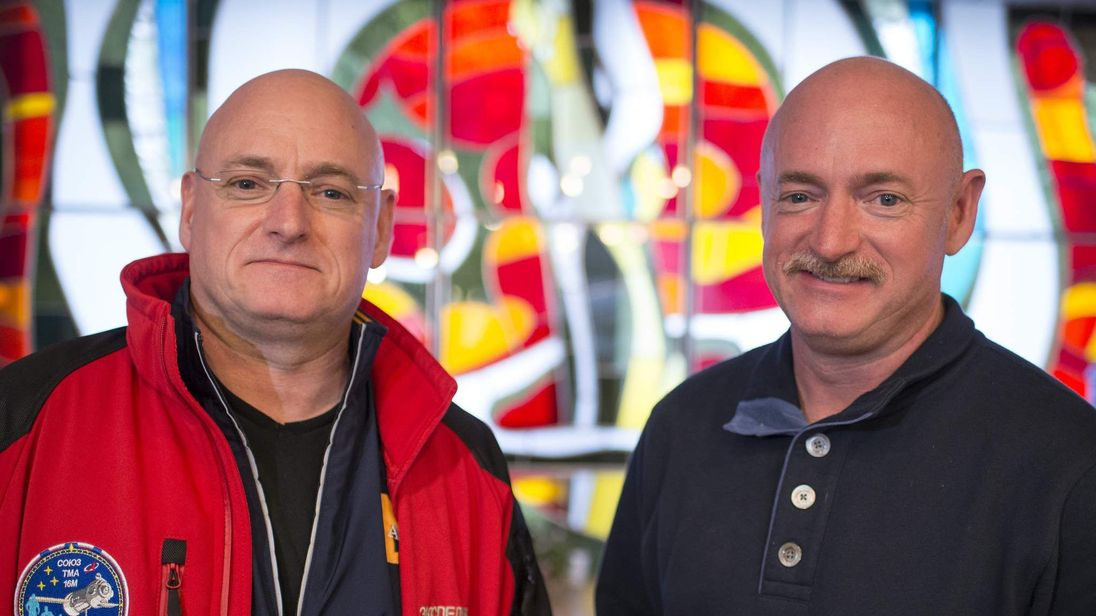 Scott Kelly (L) and Mark Kelly