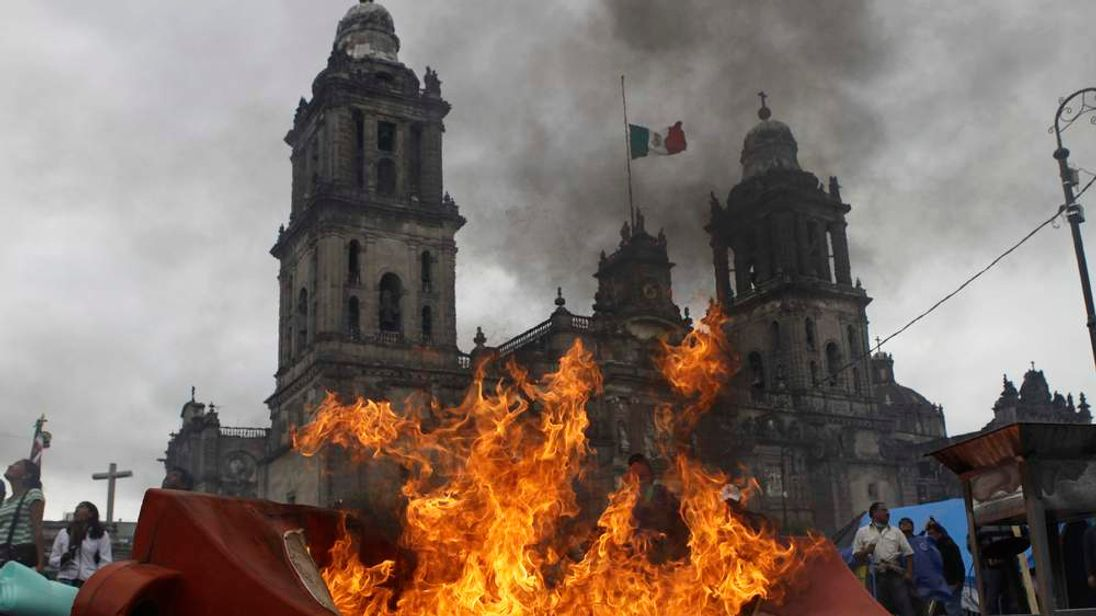 Riot police disperse angry teachers from Zocalo square