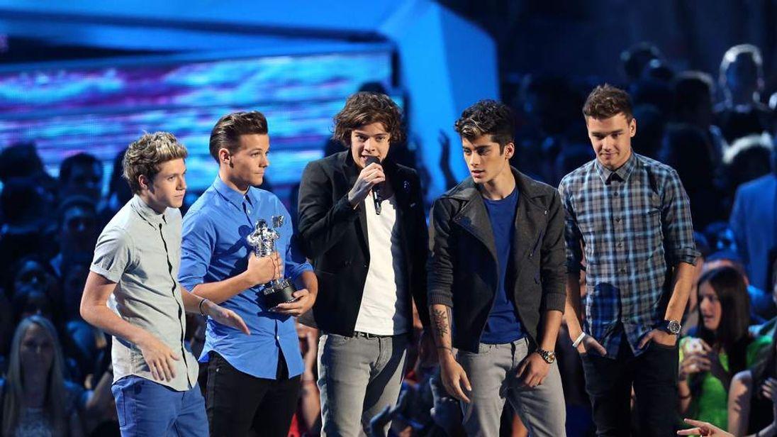 Niall Horan, Louis Tomlinson, Harry Styles, Zayn Malik and Liam Payne pick up their MTV VMA award
