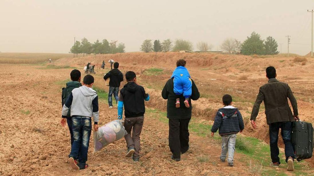 Syrians cross the border into Turkey