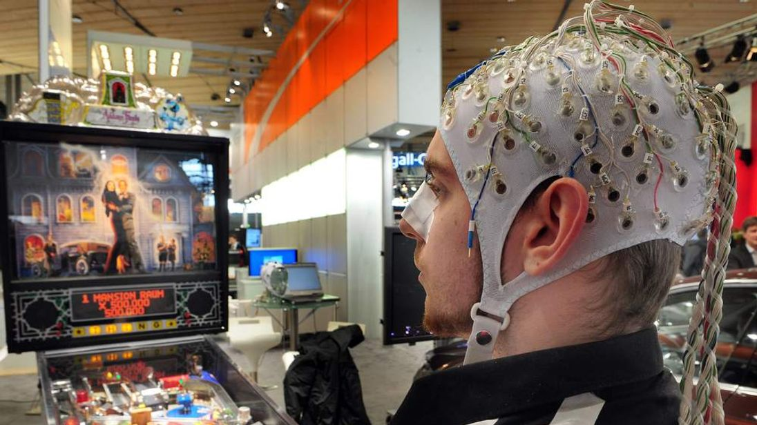 Measuring brain neuron activity with an EEG