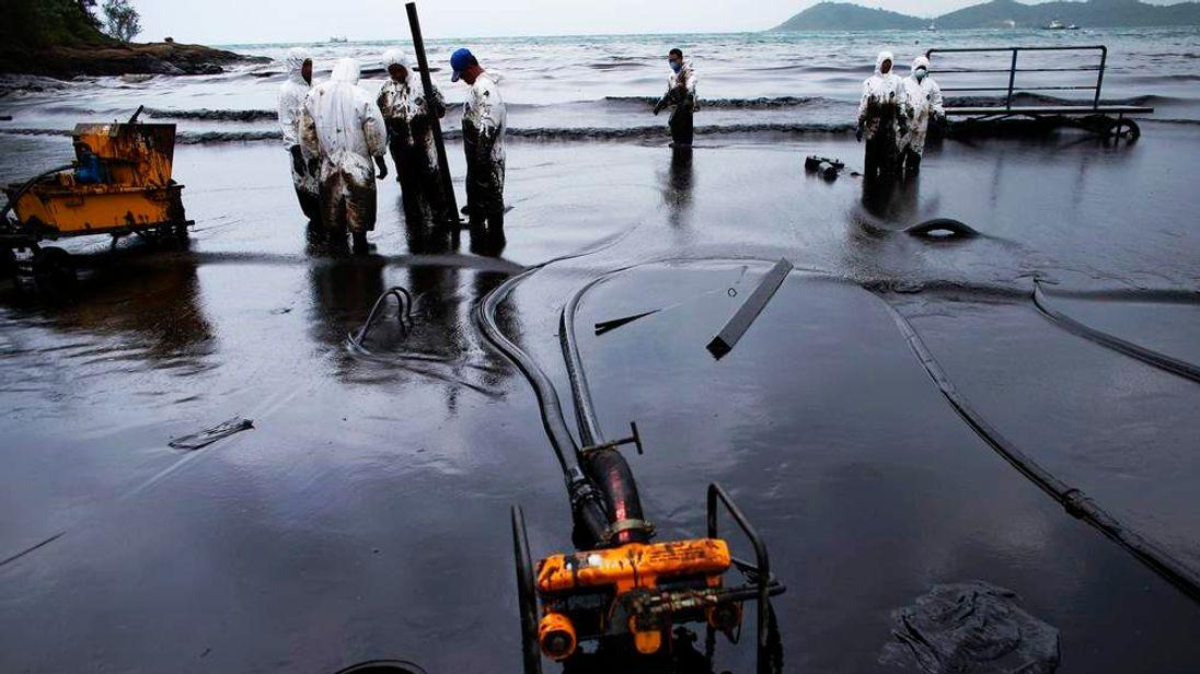 310713 THAILAND oil spill Ao Prao Beach on Koh Samet