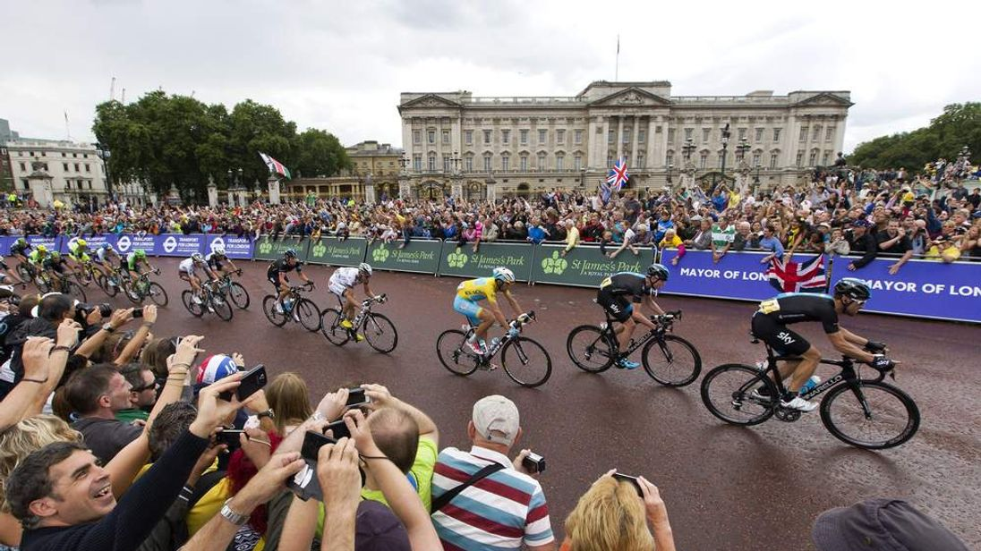 Cyclists outside Buckingham Palace