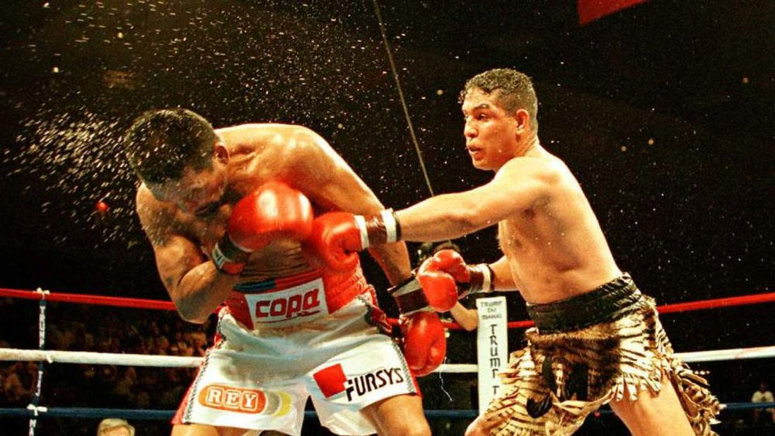 Hector Camacho (R) and Roberto Duran