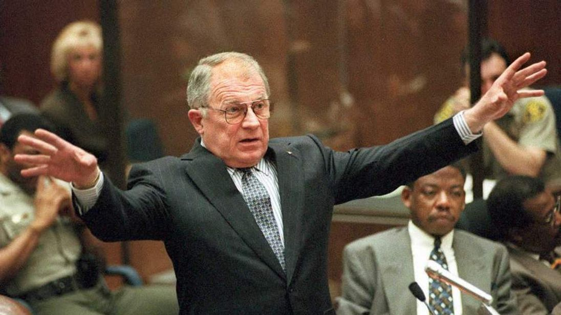 Defense attorney F. Lee Bailey cross-examines Los