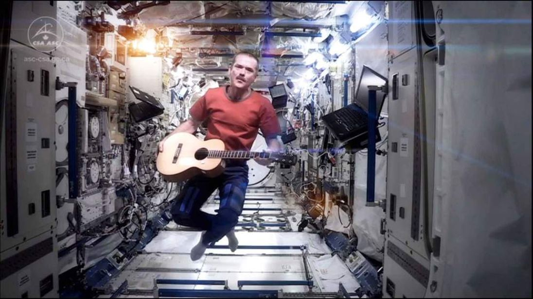 Astronaut Chris Hadfileld performing Bowie song