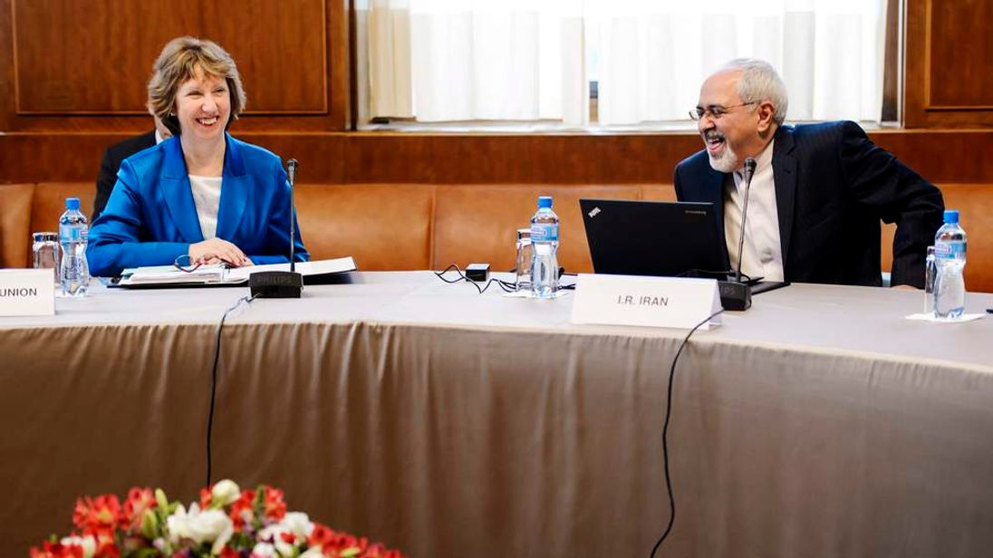 EU foreign policy chief Ashton laughs with Iranian Foreign Minister Zarif at the start of closed-door nuclear talks in Geneva
