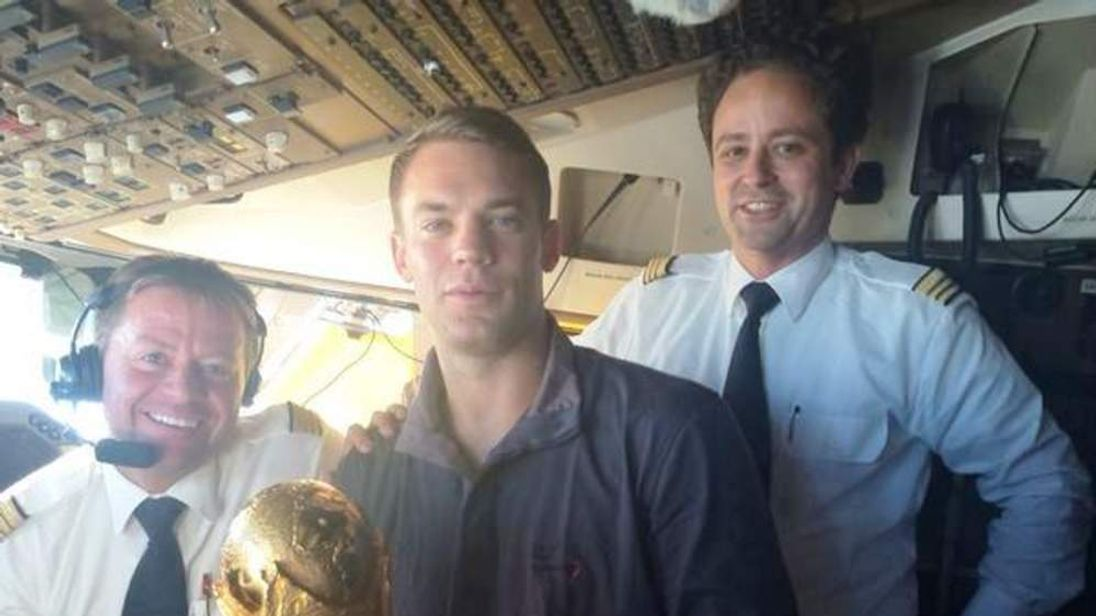 Manuel Neuer and pilots on the flight deck as they arrive home