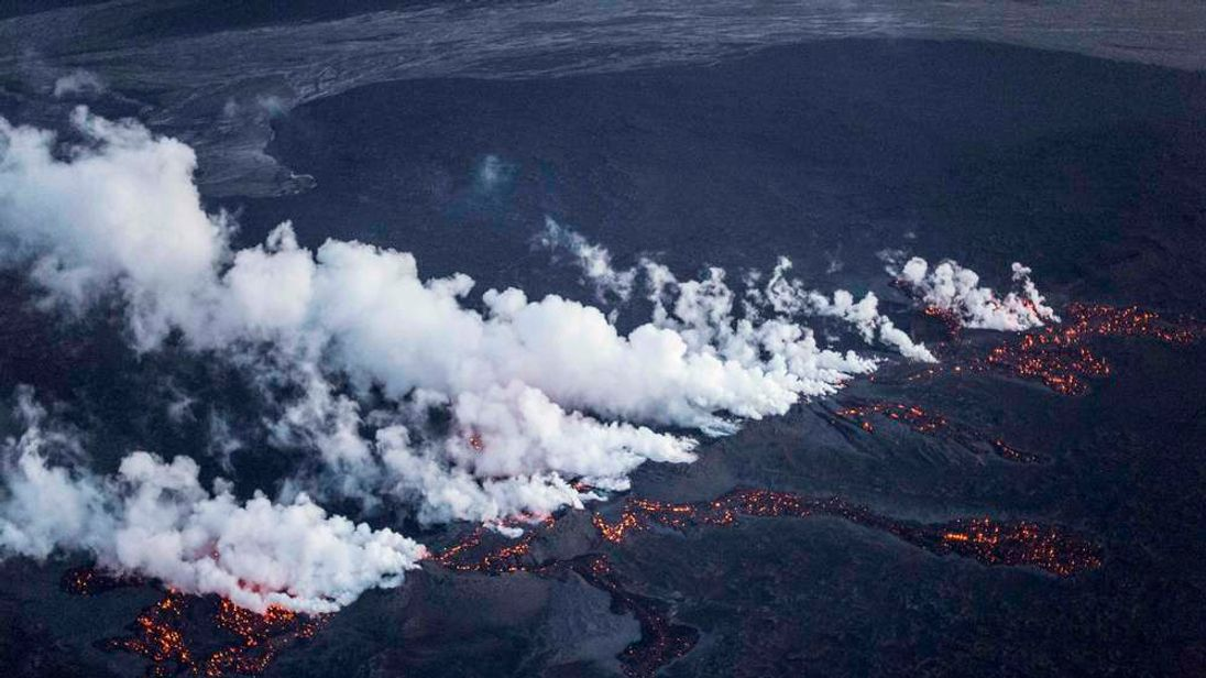 Reuter pictures show the magma along a 1km lava field after an eruption in the Bardarbunga volcano system early this morning