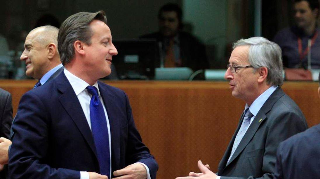 David Cameron talks with Jean-Claude Juncker