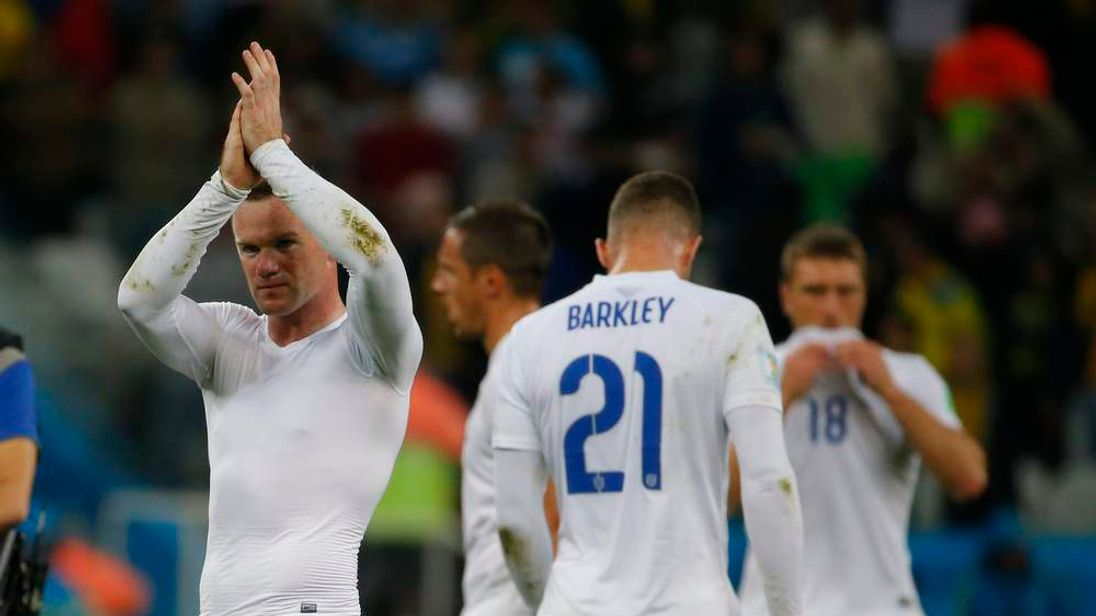 England's Rooney acknowledges supporters at the end of the 2014 World Cup Group D soccer match against Uruguay in Sao Paulo