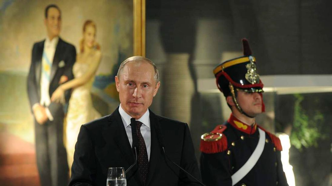 Vladimir Putin gives a speech at a dinner in Argentina