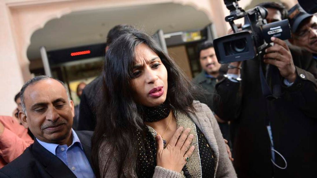 Indian diplomat Khobragade leaves with her father to meet India's Foreign Minister Salman Khurshid in New Delhi