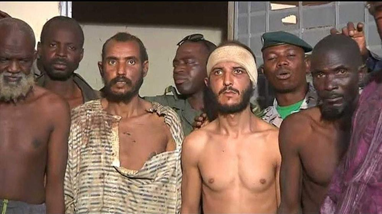 Mali troops with captured Islamist rebels