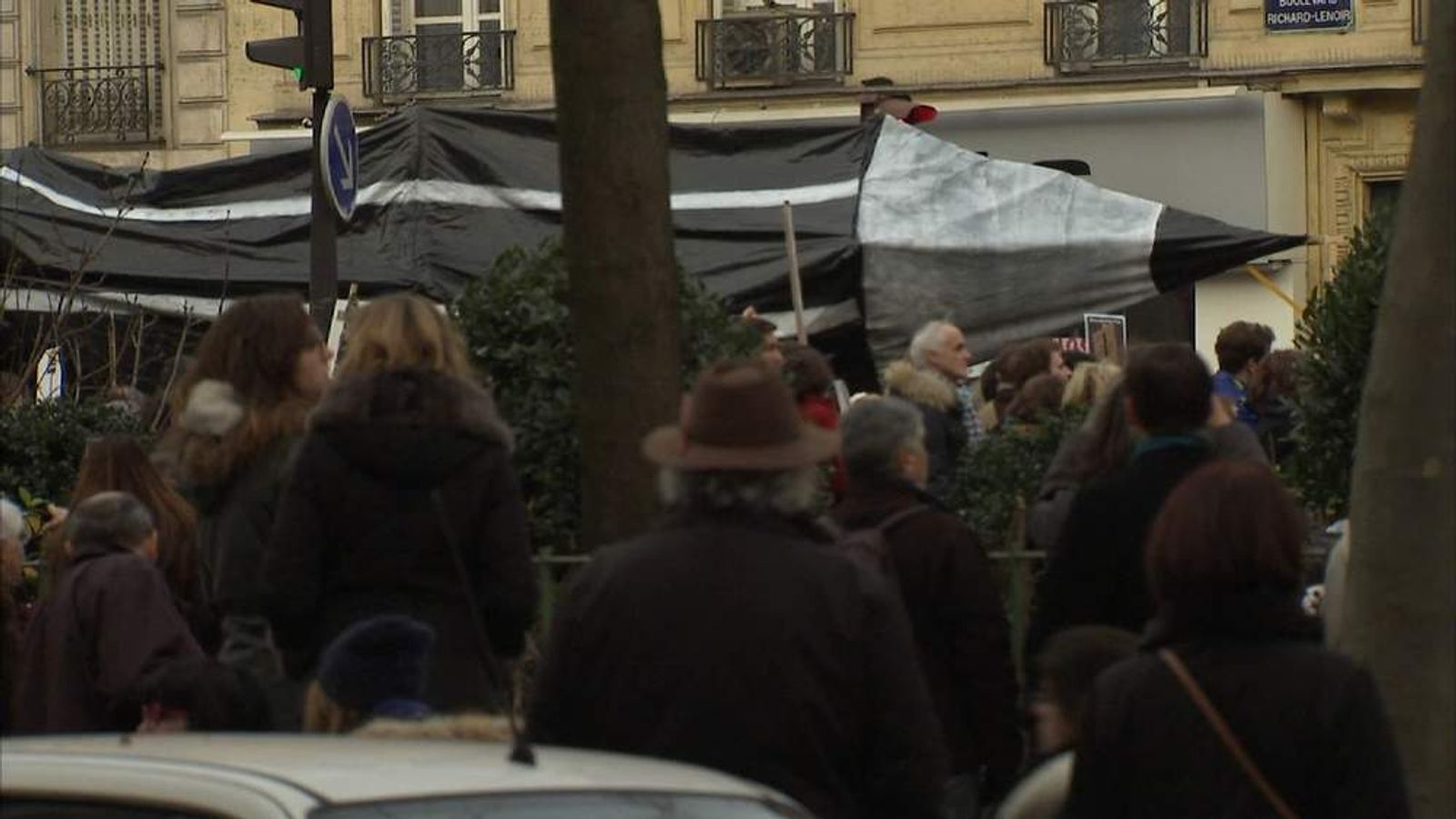 Large pencil carried through Paris streets