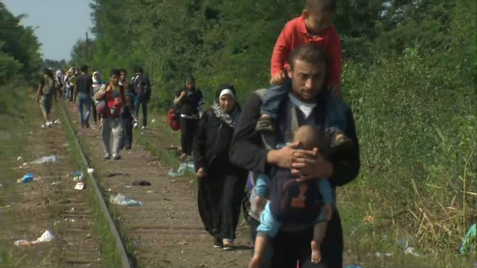ROSZKE MIGRANTS WALKING