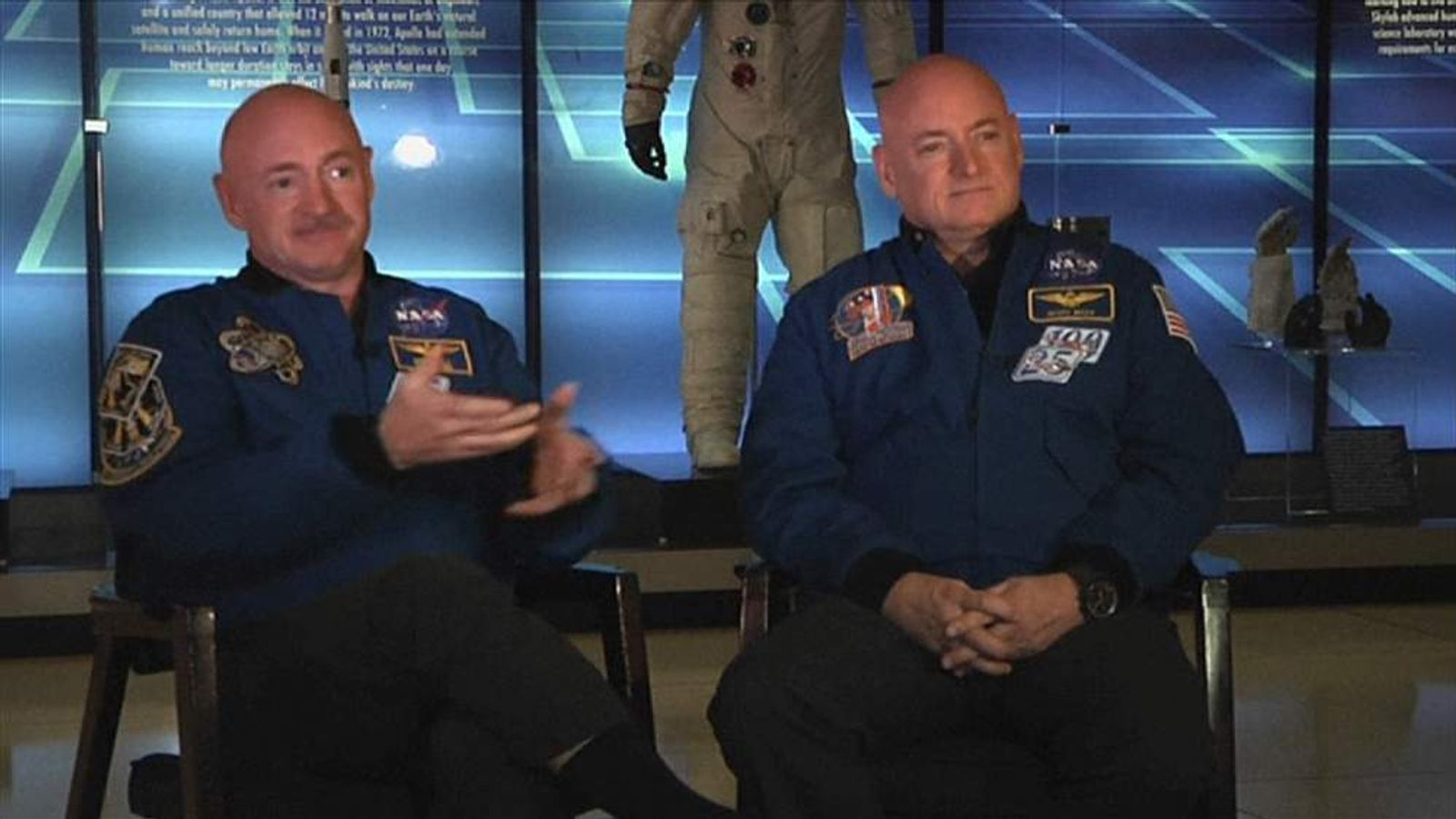 Mark Kelly (L) and Scott Kelly