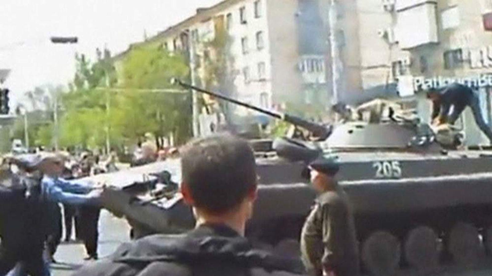 Tank in Mariupol fighting