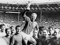 95 Bobby Moore kissing 1966 world cup trophy