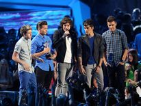 Niall Horan, Louis Tomlinson, Harry Styles, Zayn Malik and Liam Payne pick up their MTV VMA award