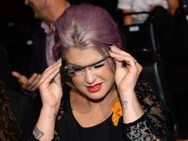 Kelly Osborne tries on the device