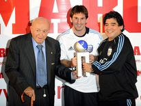 Lionel Messi (C) poses with Argentina's football legend Alfredo Di Stefano and Diego Maradona