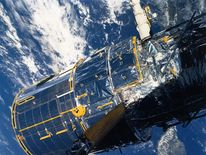 1990 pic of hubble taken by discovery crew