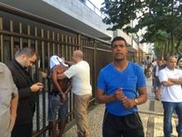 Sky Sports presenter Chris Kamara catches a thief in Brazil. Pics courtesy of @chris_kammy