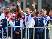 chris hoy wave