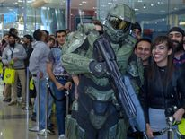Gamers queue to buy Halo 4