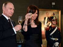 Vladimir Putin and Cristina Fernandez at a dinner in Argentina