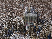 Crowds around the vehicle carrying the body of Syedna Mohamed Burhanuddin