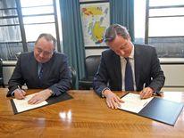David Cameron and Alex Salmond sign referendum deal