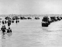 US troops disembark from landing crafts