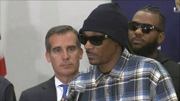 Snoop Dogg and The Game urge people to work with the police.