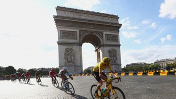 PARIS, FRANCE - JULY 24:  Chris Froome of Great Britain and Team Sky passes the Arc de Triomph on the first lap  during stage twenty one of the 2016 Le Tou