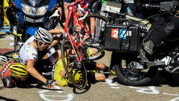Chris Froome (in yellow) led the race at the time of the crash