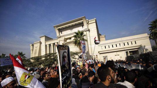 Supporters of Egyptian President Mohammed Morsi protest outside Cairo court