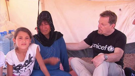 Eddie Izzard with Syrian family in northern Iraq