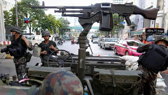 Thai soldiers and machine gun