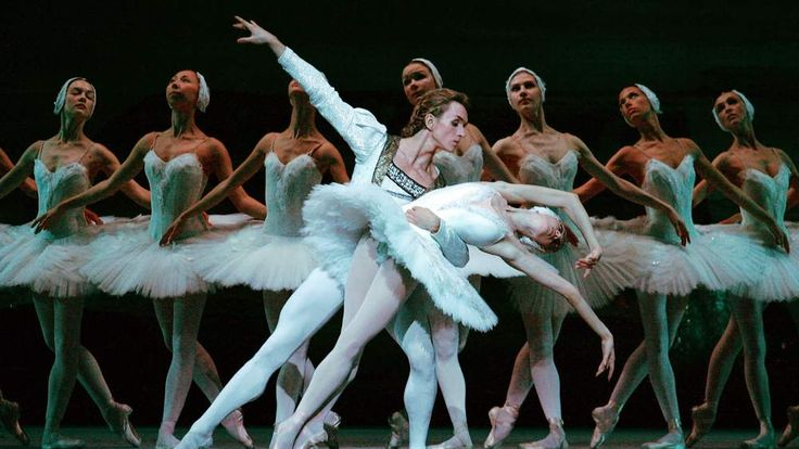 Dmitri Gudanov (L) and Svetlana Lunkina perform Swan Lake
