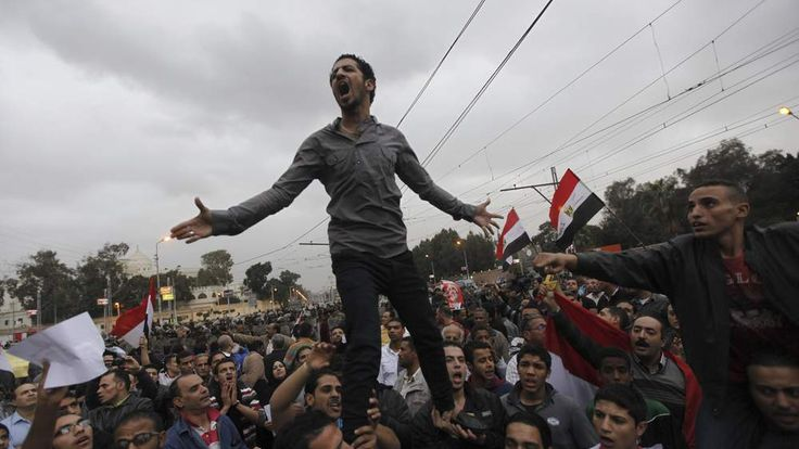 Anti-Morsi protesters in front of the presidential palace