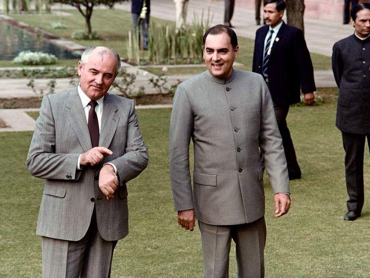 Rajiv Gandhi (R) and Mikhail Gorbachev