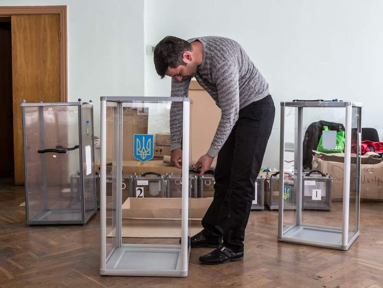 Pro Russians prepare ballot boxes for Sunday's independence referendum