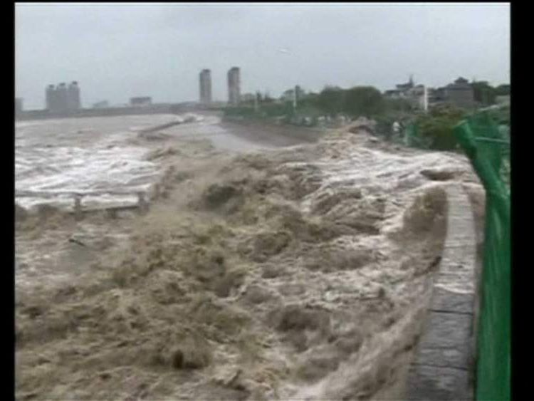 High wave crashes into riverfront in China