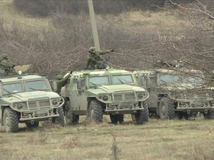 Gunmen surround Ukrainian military base