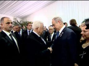 Palestinian President Mahmoud Abbas and Israeli Prime Minister Benjamin Netanyahu shake hands at Shimon Peres funeral.