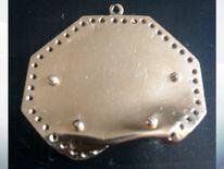 Tupac's medallion. Pic: Momentsintime.com